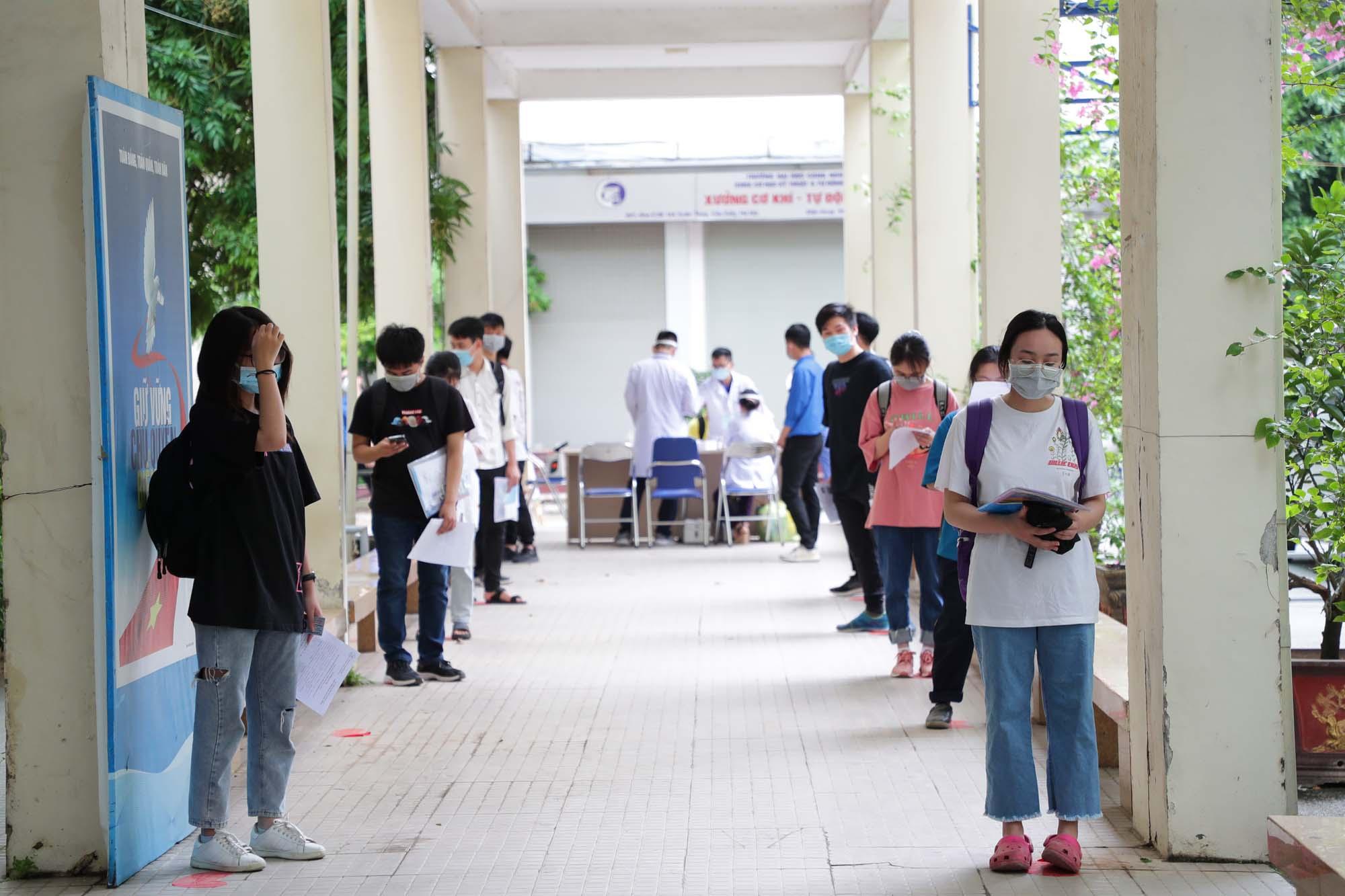 Thí sinh dự thi đợt 1 kỳ thi đánh giá năng lực của ĐH Quốc gia Hà Nội đang chờ vào phòng thi /// Ảnh Ngọc Diệp