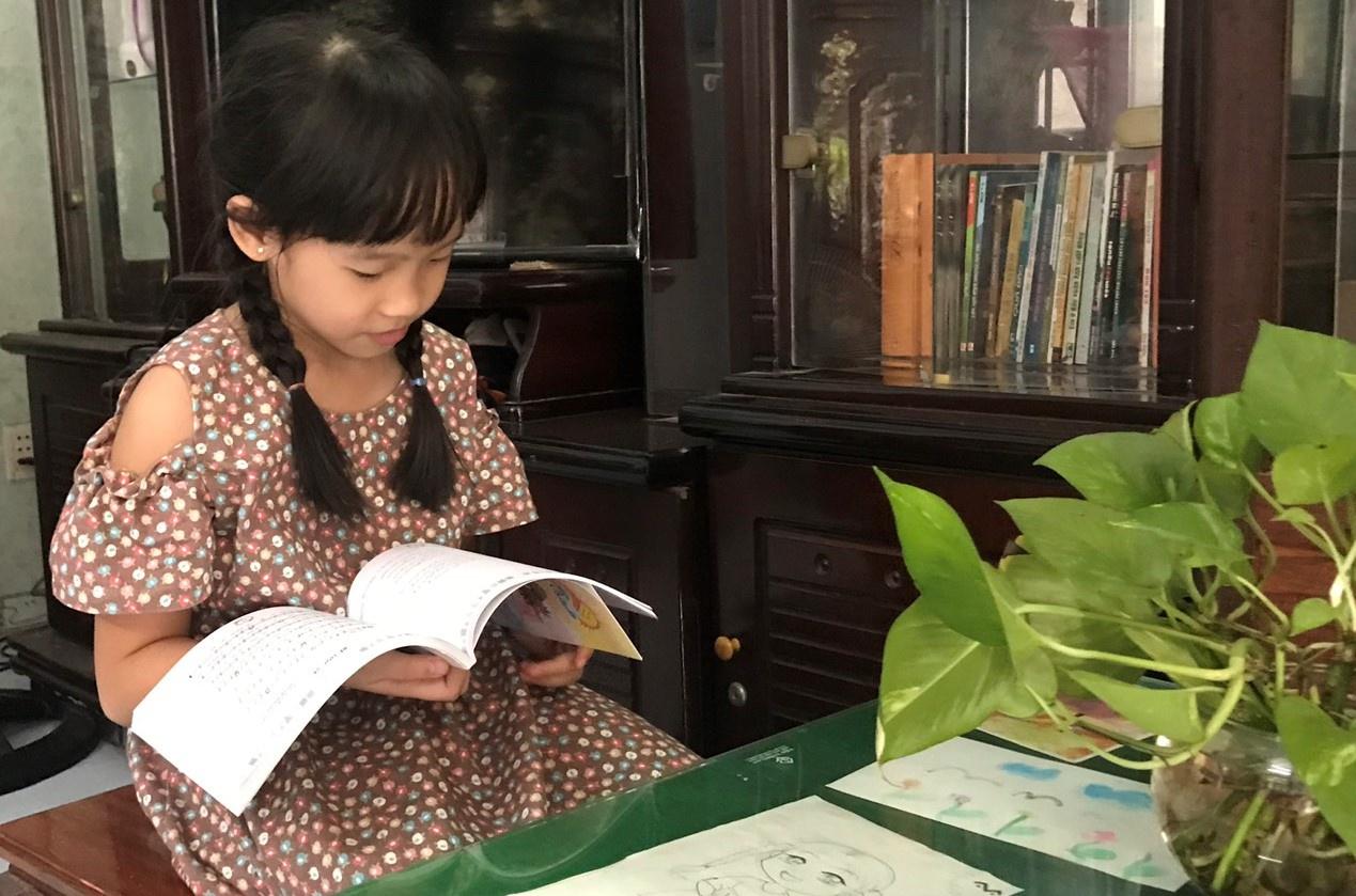 khi trẻ em ở nhà hoàn toàn để phòng dịch Covid19, cha mẹ nên áp dụng các phương pháp linh hoạt, để hướng dẫn trẻ, theo hướng vừa học vừa chơi /// Hồ Xuân Đà