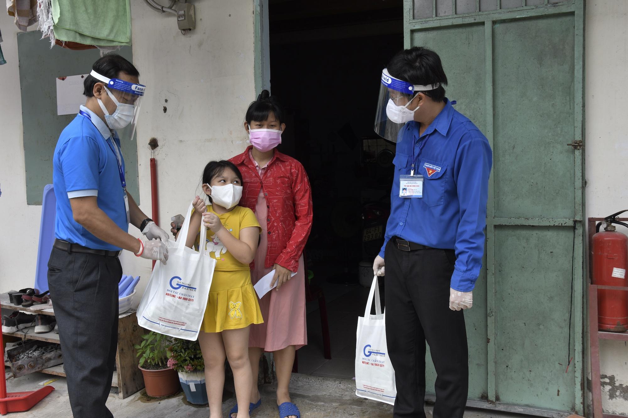 Công nhân treo bảng cầu cứu sữa cho con, nghẹn ngào khi nhận được hỗ trợ - ảnh 3