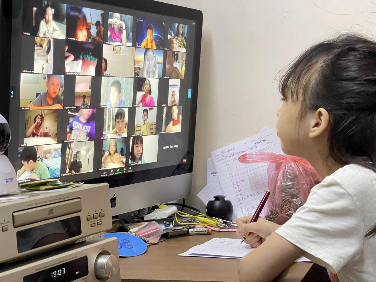 Học sinh các cấp tiểu học, trung học cơ sở cần có sự hướng dẫn của phụ huyh khi học trực tuyến /// Ngọc Thắng