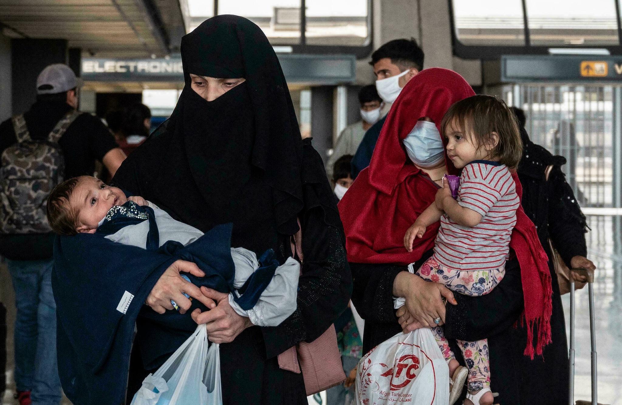Người tị nạn Afghanistan đến sân bay Dulles ở Virgina, Mỹ /// AFP