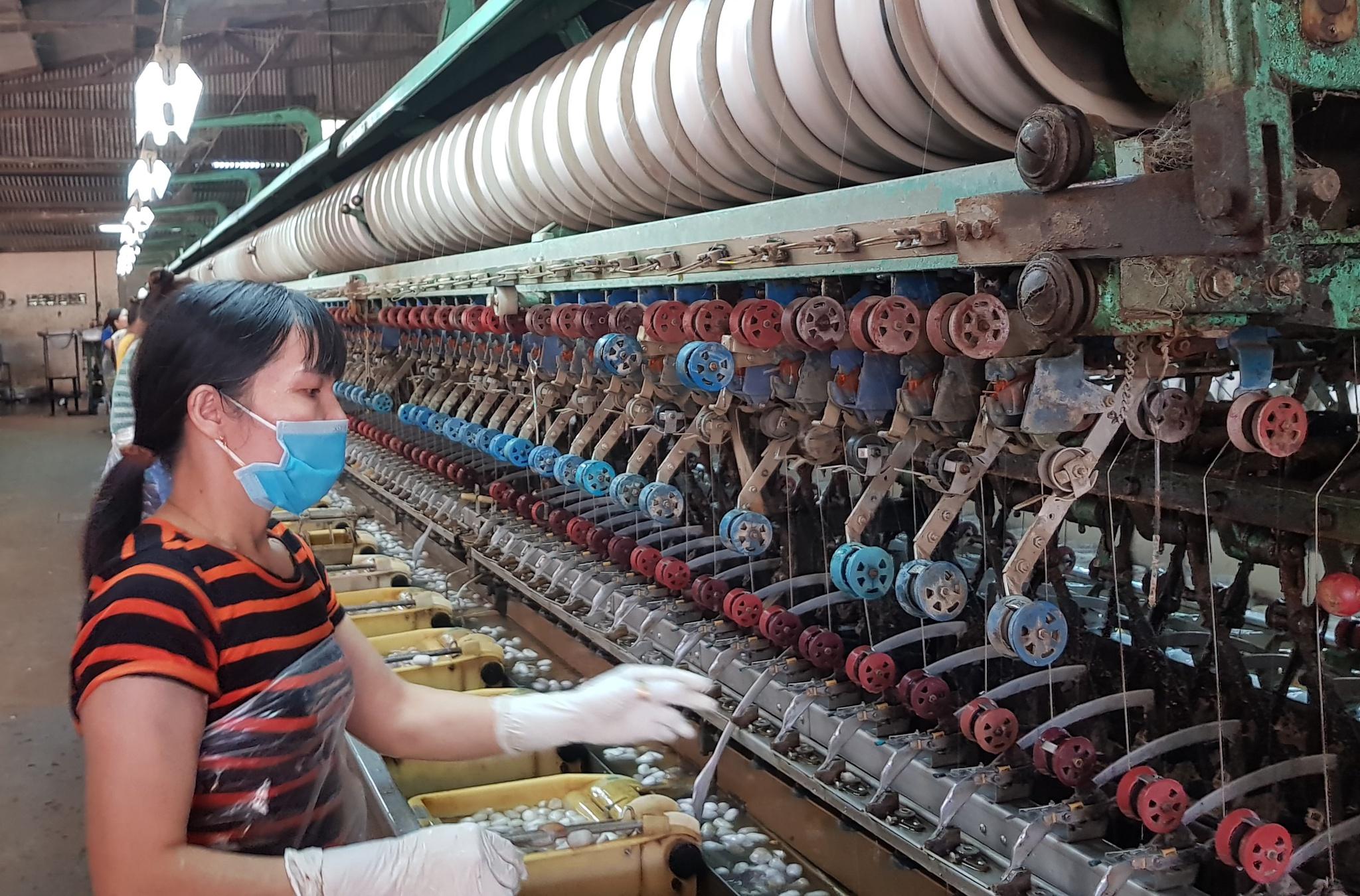 Môt nhà máy ươm tơ tự động ở TP. Bảo Lộc /// Lâm Viên