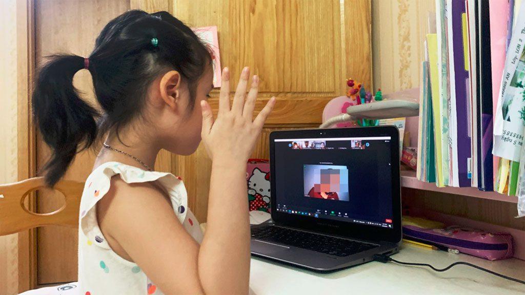 Cha mẹ cần hướng dẫn, hỗ trợ con để hạn chế các nguy cơ về sức khỏe khi học trực tuyến lâu dài /// PHAN HẬU