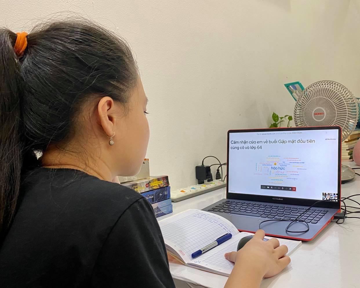 """Con ở nhà học trực tuyến, ba mẹ thành """"siêu nhân"""" /// BẢO HÂN"""