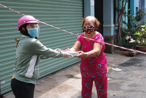 Giáo viên ở quận 8 tham gia hỗ trợ trao sách đến tay gia đình học sinh /// Văn Dương