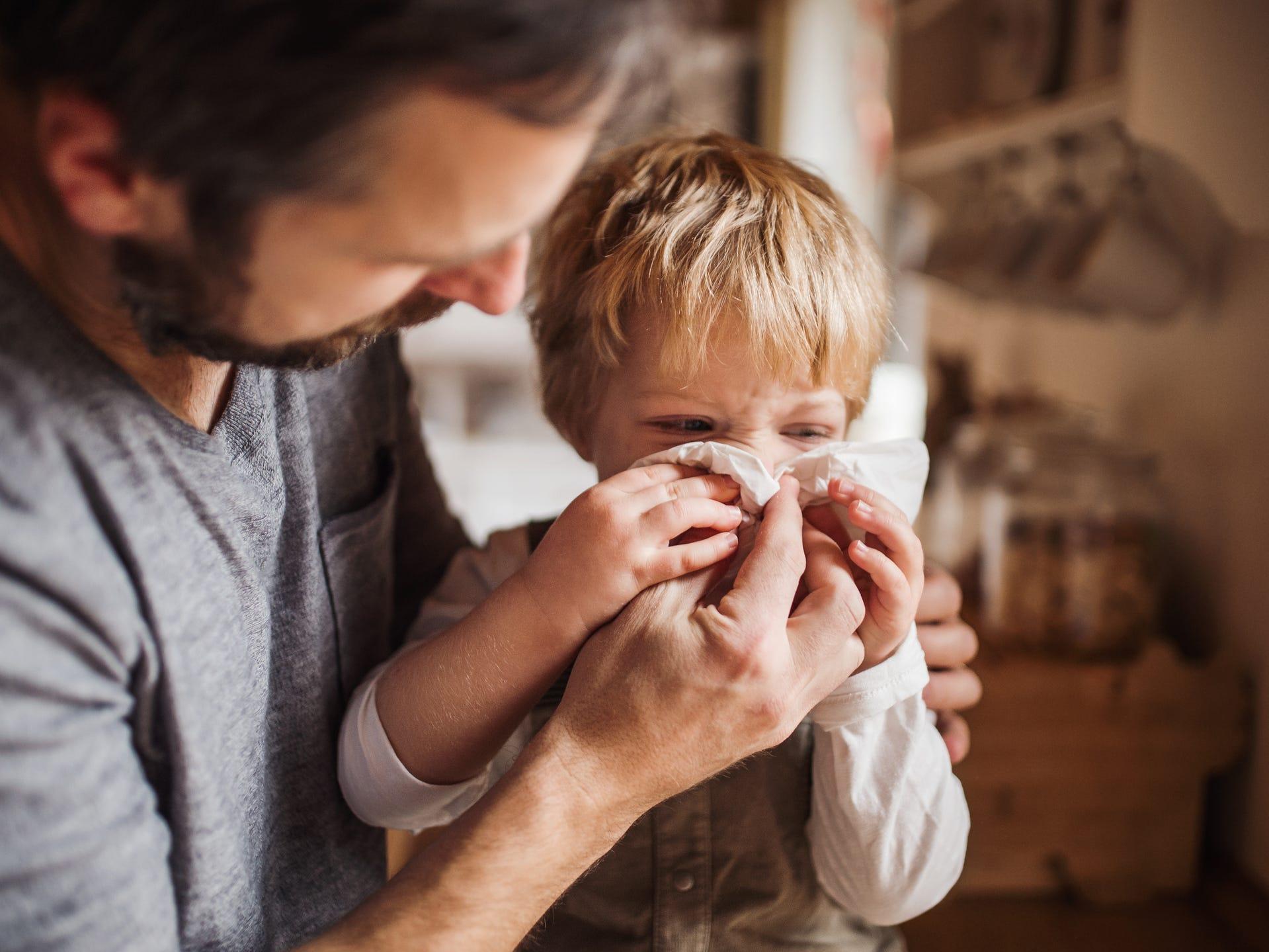 Hầu hết các bậc cha mẹ đều muốn biết dấu hiệu phân biệt giữa bị nhiễm Covid-19 và cảm lạnh thông thường /// Ảnh minh họa: Shutterstock