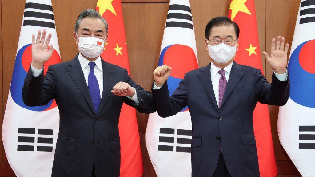 Ngoại trưởng Trung Quốc Vương Nghị (trái) và Ngoại trưởng Hàn Quốc Chung Eui-yong tại Seoul /// AFP