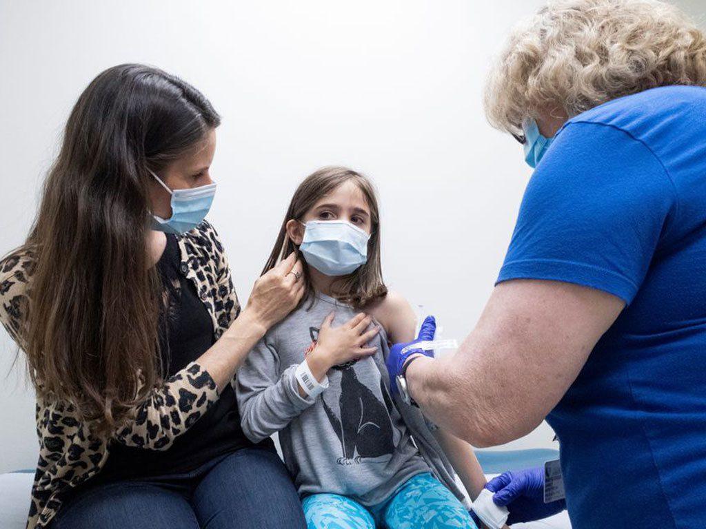 Một bé gái ở bang Bắc Carolina (Mỹ) đang được tiêm mũi vắc xin Pfizer thứ 2 vào ngày 12.4 trong cuộc thử nghiệm lâm sàng trên trẻ em /// REUTERS
