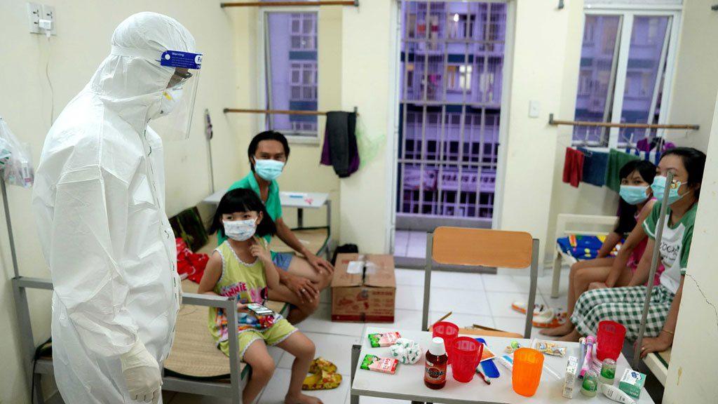 Thăm hỏi một gia đình đang điều trị trong phòng bệnh /// ĐỘC LẬP