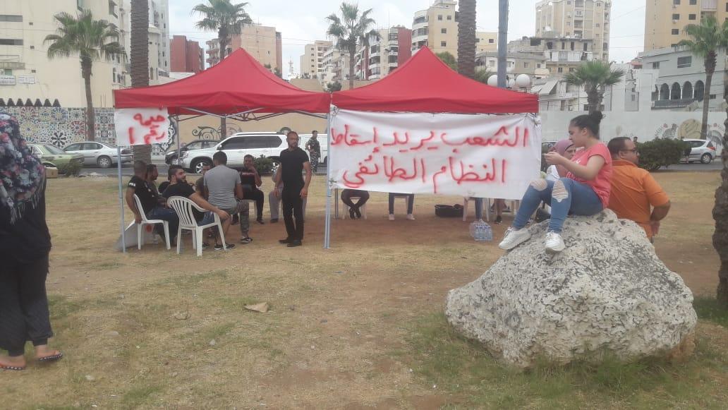 صيدا دوار الراهبات .. اعتصام للمتظاهرين على الوضع الإقتصادي والمعيشي الصعب التي تعيشه البلاد