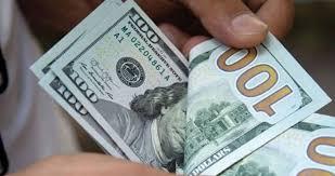 الدولار يواصل التحليق ويحقق سعراً قياسياً جديداً