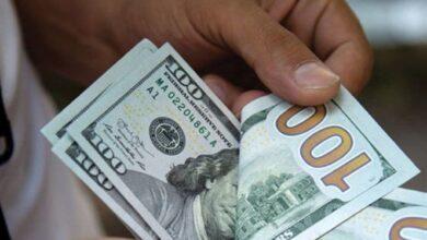 الدولار يحافظ على ارتفاعه في السوق