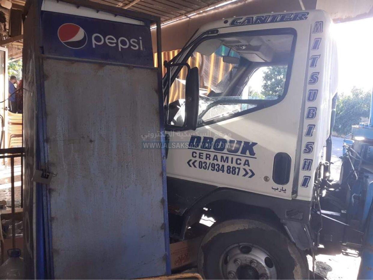 شاحنة تجتاح مقهى  عدلون