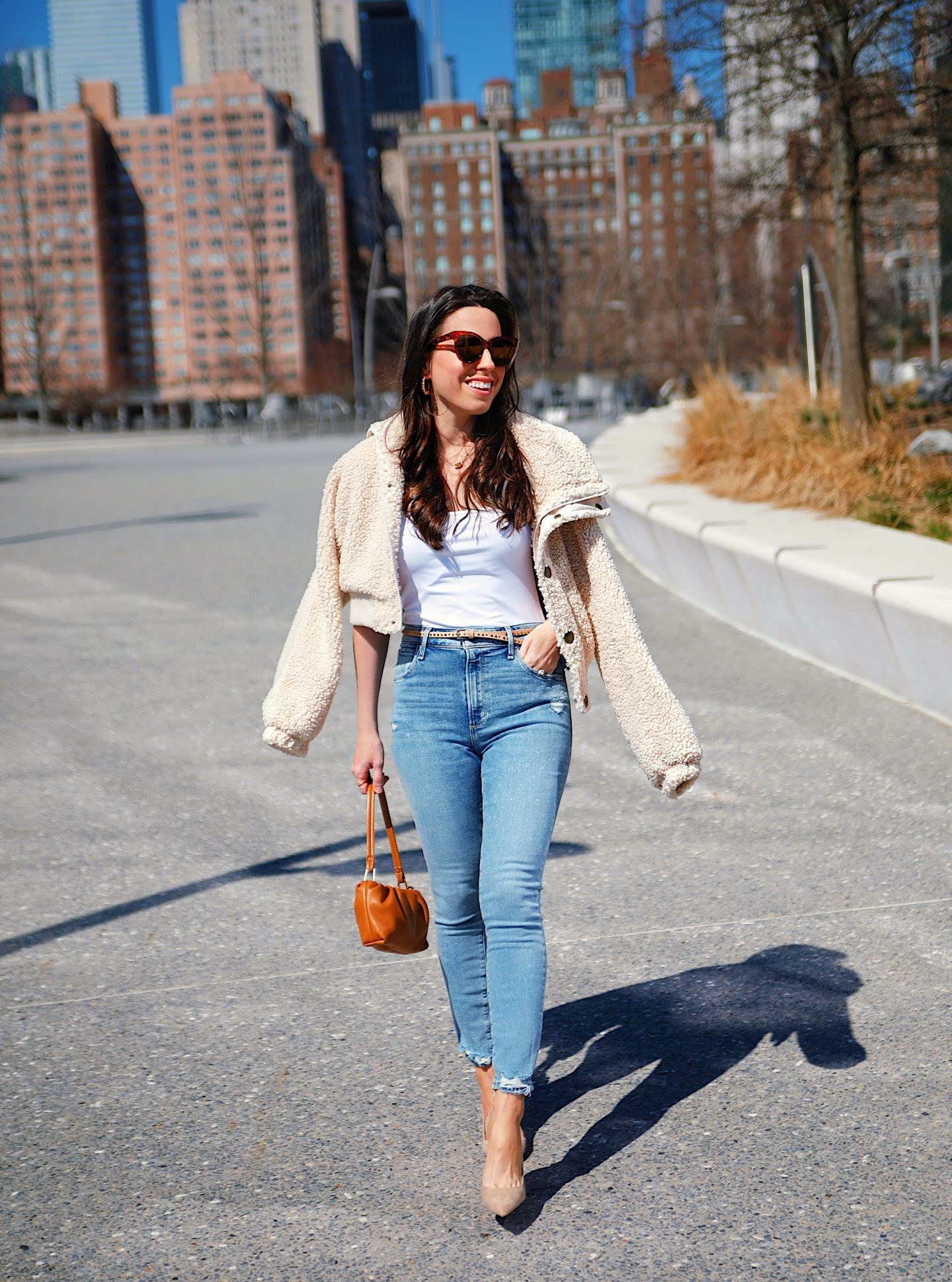 ana-florentina-wearing-abercrombie-jeans-and-beige-jacket