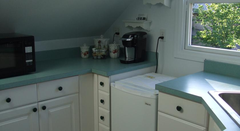The Silk Pincushion Carriage House Suite Kitchen 2