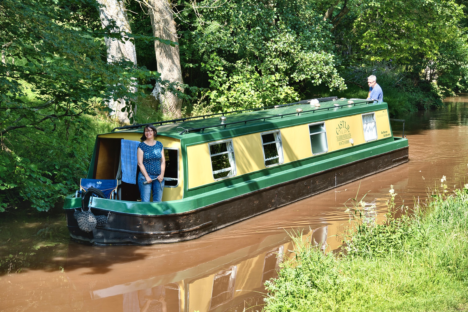 houseboat-6584721_1920.jpg