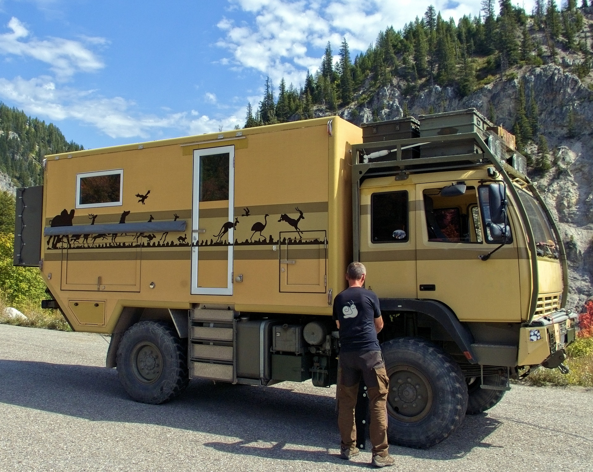 offroad-camping-vehicle-4059578_1920.jpg