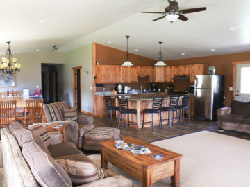 Hammer 'Em Outfitters Montana Hunting Lodge - Living Room 2
