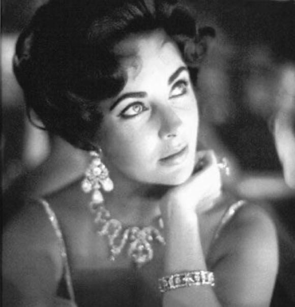 Elizabeth Taylor weraing diamond necklace, earrings and engagement ring