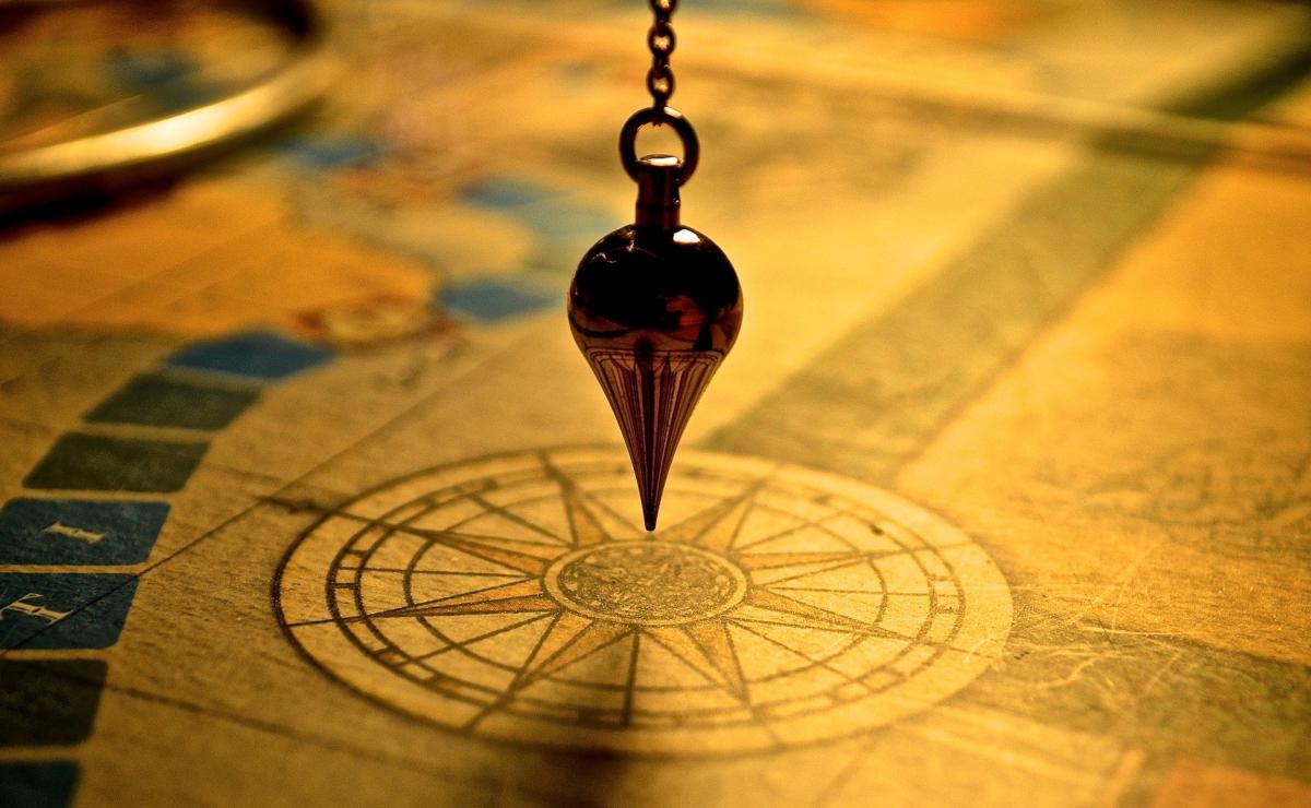 A pendulum. Image by Cloé Gérard from Pixabay.