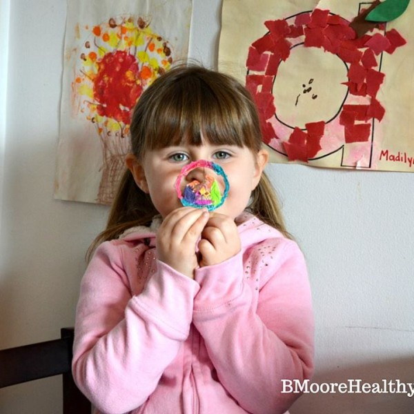 An easy Christmas craft that will keep their attention for more than 5 minutes.
