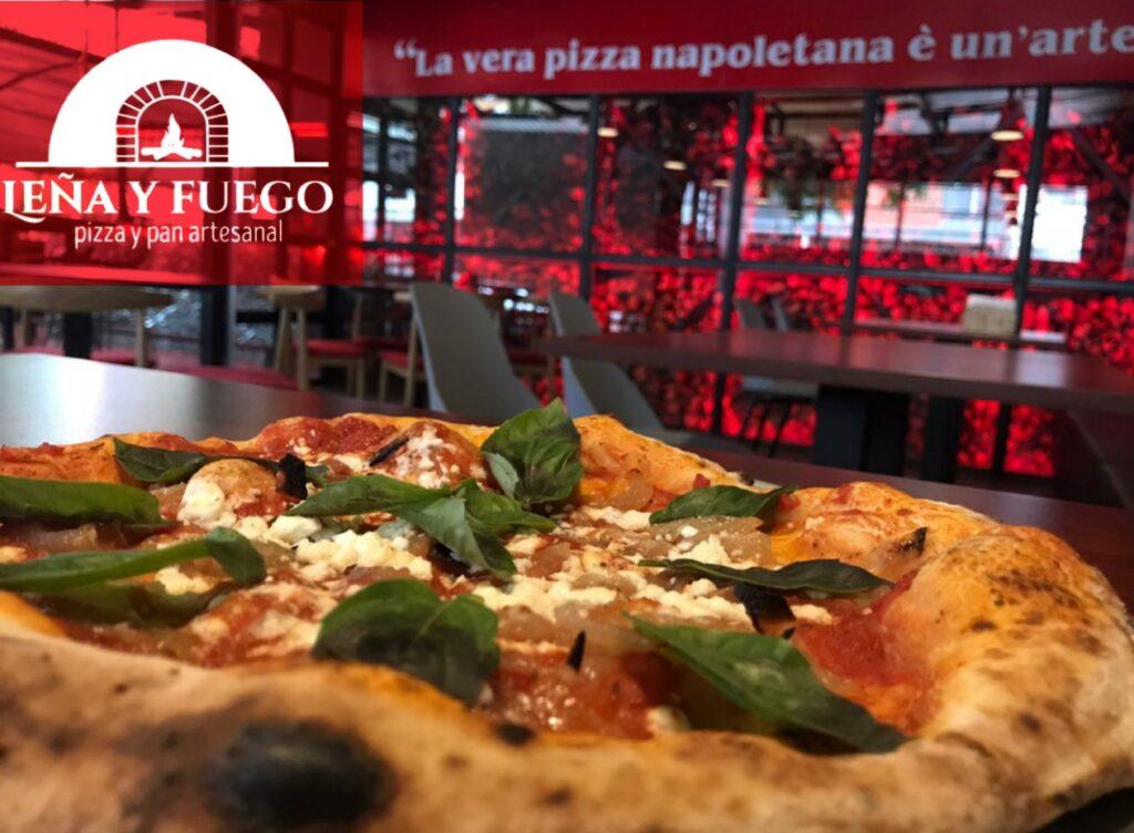 Pizza napoletana frente a pared de leña