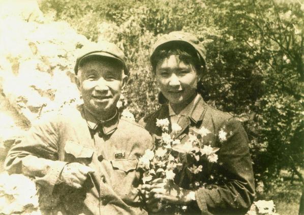 陈惠敏(右)与粟裕大将摄于文革后期。粟裕曾是陈父军中上级