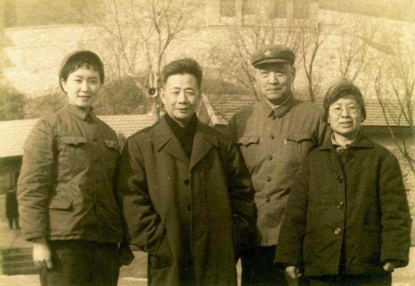 前香港新华社社长许家屯(左二),曾是陈惠敏(左一)父亲新四军部队的下属。摄于文革期间