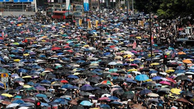 上周日20日,35万香港示威者无视警方禁令,坚持集会游行抗议