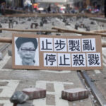 香港示威者设置路障瘫痪交通