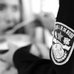 警察在杭州市公安局安康医院裡给「病人」喂药