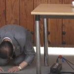 韩国新天地教会会长李万熙下跪道歉