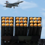 台湾空军高雄冈山空军基地的一架F-16战斗机与雷霆2000多管火箭系统。