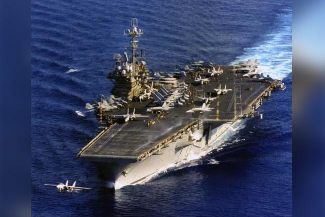 """美军""""独立号""""航空母舰1996年间航行在西太平洋的画面"""