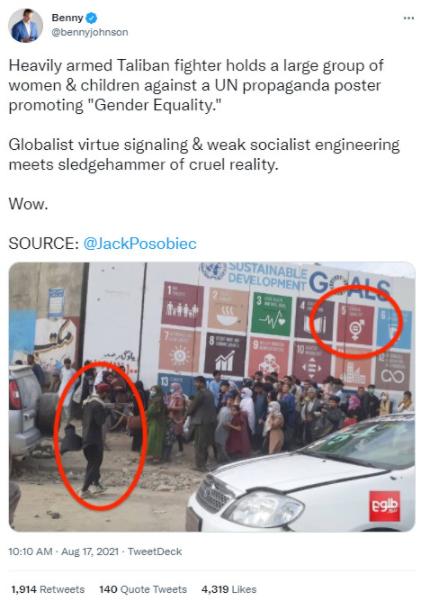全副武装的塔利班战士持枪对着一大群妇女和儿童,对抗联合国宣传'性别平等'的海报