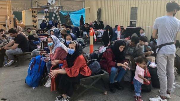 在塔利班接管阿富汗首都喀布尔后,人们在喀布尔机场等待从阿富汗撤离