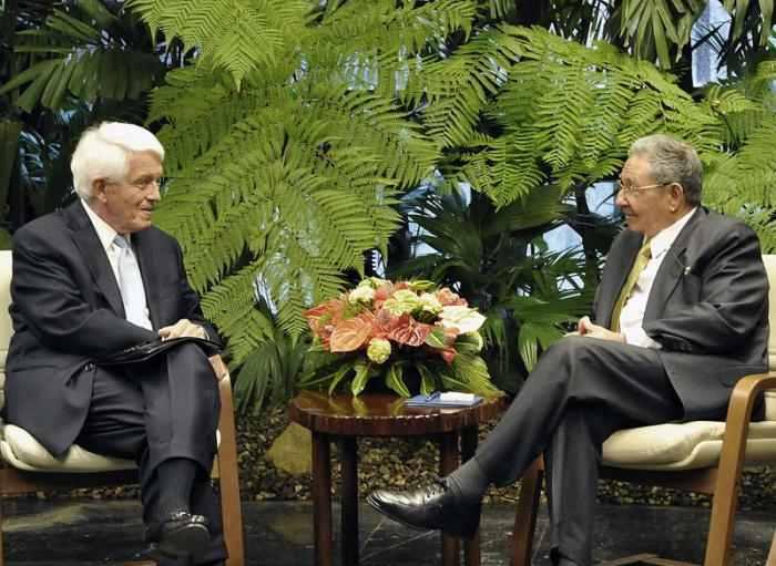 C:\Users\Nevin\Desktop\Manifesto 2\US Chamber of Commerce head Tom Donohue meeting with Cuban Communist dictator Raul Castro.jpg