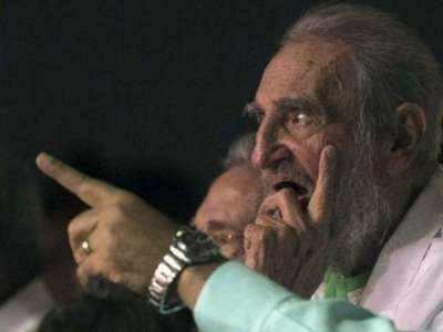 fidel-castro-90-birthday-pointing-finger-ap-640x480