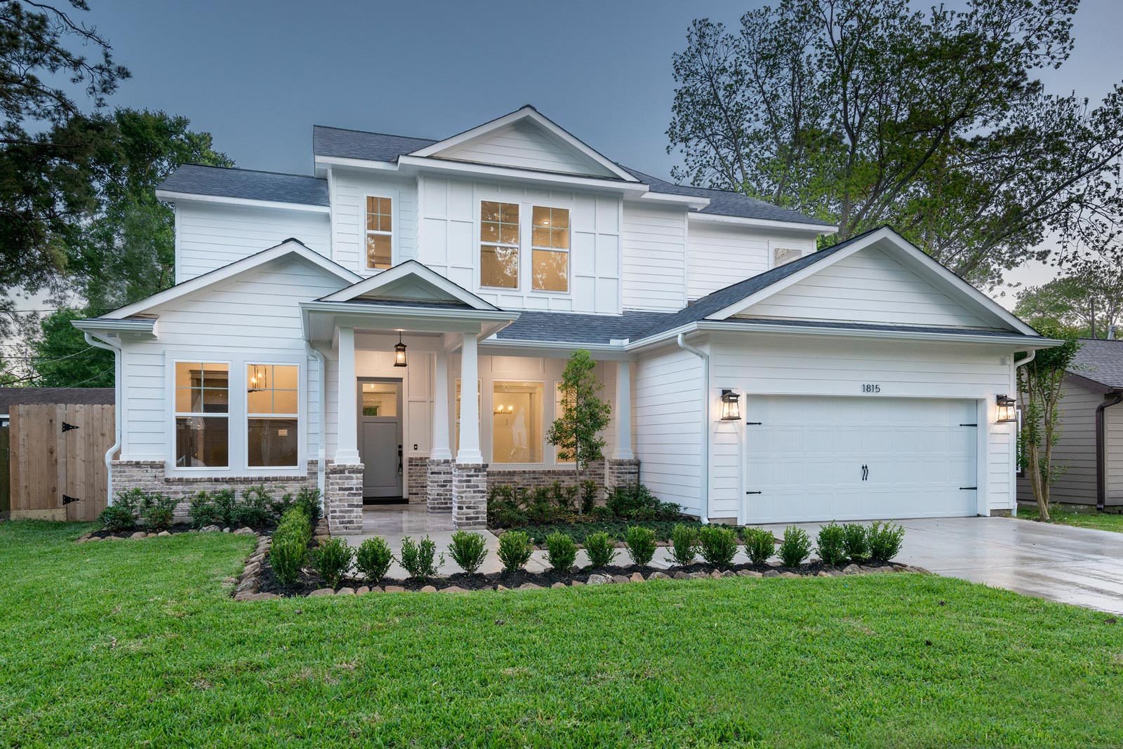 Houston-Homebuilder-CustomHomebuilder-Central-Houston-Homebuilder-Oak-Forest-Homebuilder-White-Farmhouse-Exterior-Antique-Chicago-Brick (1)