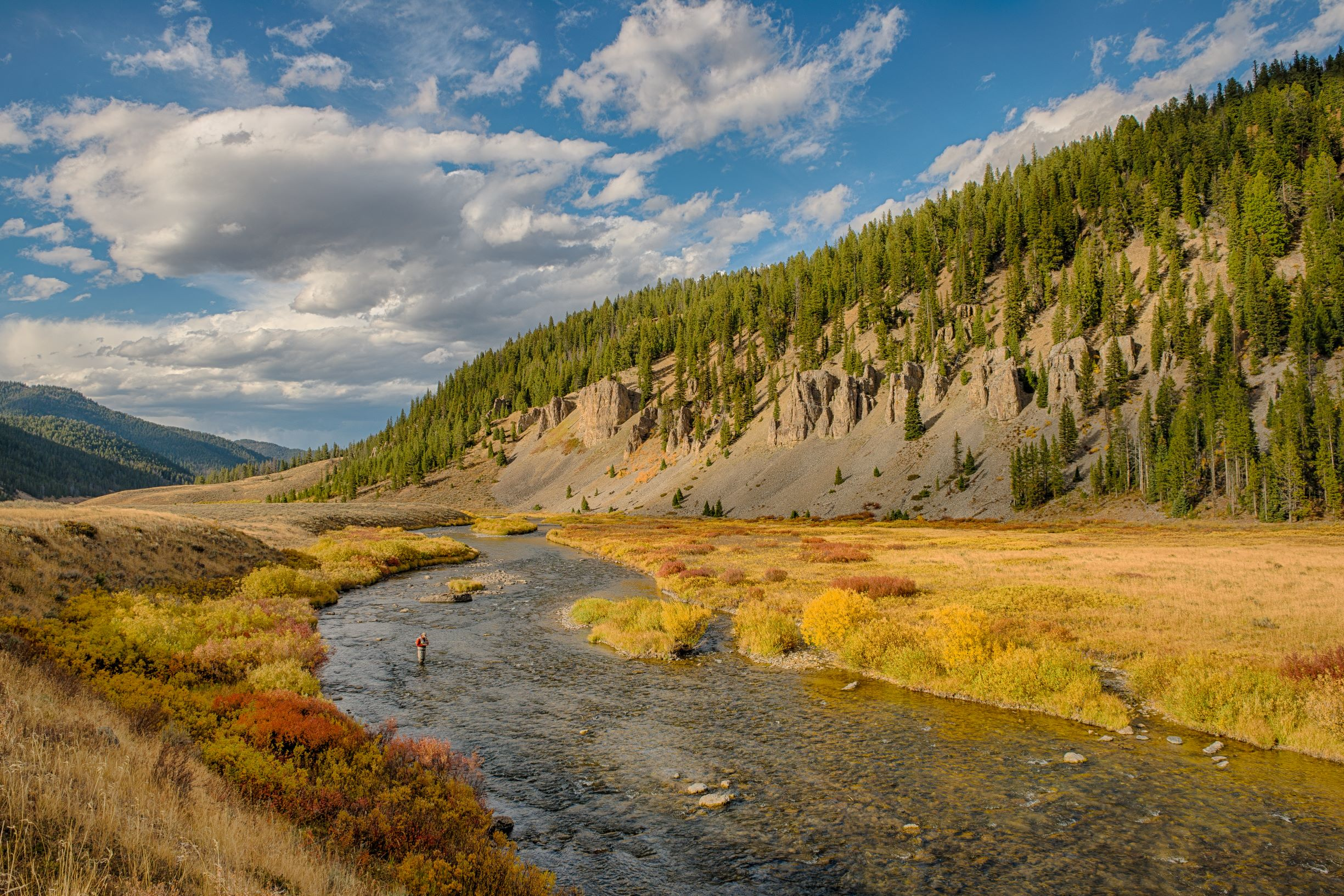 a picture of the Gallatin River in Montana in the fall