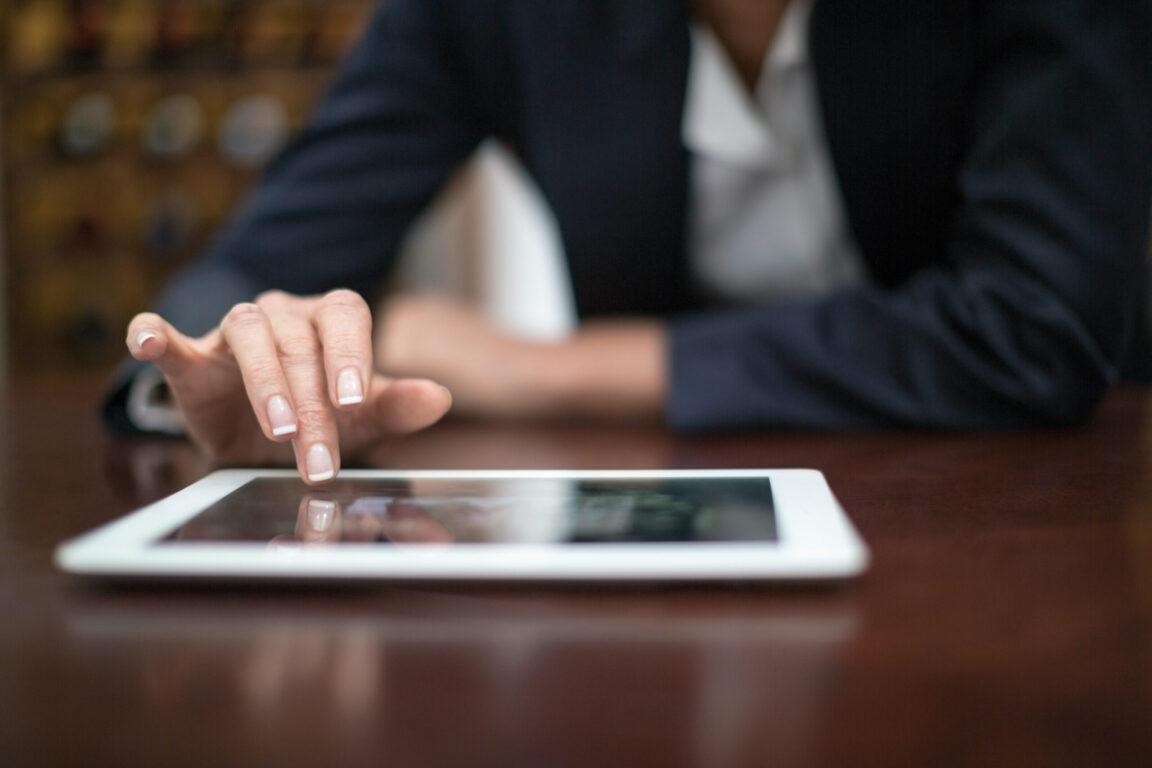 businesswoman using digital tablet in a restaurant CJ4FSB9 scaled e1630882171306 PRESS