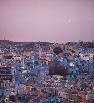 """""""Mine was the twilight and the morning. Mine was a world of rooftops and love songs."""" ―Roman Payne . 🇮🇹Jodhpur, Rajasthan, india - oh India 💛 sono già reimmersa nella mia vita a Brescia ma gli strascichi di questa India ci metteranno un po' a sfumare. E' stato un viaggio impegnativo: Il freddo, il caos, le negoziazioni estenuanti, la solita povertà a cui non ti abitui mai del tutto...se ci si fermasse lì si tornerebbe a casa con l'idea sbagliata. In India bisogna andare oltre, guardare al di là di quello che si ha davanti, perchè se la si osserva, se la si ascolta questa terra magnifica e crudele, una terra che a volte puzza di marcio, di merda e di morte, ma che profuma anche di vita e di saggezza, di incenso e di magia, se la Si ascolta con il cuore si impara a guardare tutto con occhi diversi. L'India ha il potere di sbatterti in faccia quello che non riesci (o non vuoi) vedere, ti sradica qualche certezza, ti strappa qualche crosticina dalle ferite che stai cullando da troppo tempo trasformandole in cicatrici, e poi ti butta di fronte ai tuoi limiti, facendoti capire cosa e' ora di lasciare andare, cosa e' ora di iniziare ad accogliere ed accettare. l'India ti insegna che il bello è il brutto sono parte della stessa cosa, che non c'è l'uno senza l'altro.  Grazie India, I'll be back 🙏🏻✨ . 🇬🇧jodhpur, Rajasthan, India - oh India 💛 I'm back to my life in Italy but the trails of this India will take a while to vanish within. It has been a tough trip, the cold, the chaos, the exhausting negotiations, the usual heart wrenching poverty you never get used to...if you'd stop to this you'd get home with the wrong impression of what this ancient land is. In India you have to look beyond what you have in front of you, you have to learn to listen to her. And if you do listen, if you truly observe this magnificent and brutal place, you'll learn to see with different eyes, you'll learn to see the beauty around the chaos, and there's a lot of both in India. India teaches you tha"""