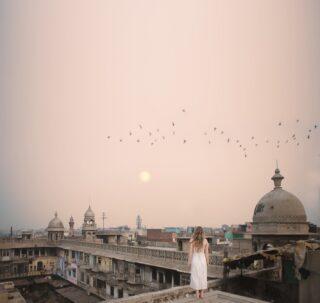 """""""We travel, some of us forever, to seek other states, other lives, other souls"""" —Anaïs Nin . 🇮🇹 ci siamo quasi! Lunedì volo a Delhi, in India per la sesta volta, e ogni volta prima di partire sento quel brivido che ho sentito tre anni fa. Ogni viaggio in India e' una nuova avventura, un novo tuffo nell'ignoto, una nuova occasione per lasciarsi alle spalle il proprio mondo e andare a braccia aperte verso quello che il viaggio porterà. Come sempre vi porto con me, partendo dal caos di Delhi, passando per i colori del Rajasthan, arrivando a quella che per molte persone in India e' l'ultima metà della propria vita, la città sacra, Varanasi, un posto magico dove l'energia e' diversa da qualsiasi altro angolo di mondo. Vi farò vedere tutto e vi racconterò un sacco di storie, Siete pronti? Io si✨carichissima 🤟🏻 ci vediamo a Delhi! . It's almost time! On Monday I'll fly back to Delhi, it's my 6th time in India, but every time I go back I feel that shiver I felt the first time 3 years ago. Every trip to India is a new adventure, a new dive into the unknown, a new opportunity to leave my world behind and go towards whatever the trip will bring with my arms open. As usual I will bring you with me, starting from the Chaos of Delhi, continuing through the colors of Rajasthan and ending  up in the city that is the last stop in the life of many Indian people, the holy city, Varanasi, a place where the word magic makes total sense, a place where the energy is different from any other corner of the world. I'll show you everything I see and I'll tell you many stories, are you ready? I am! ✨see you in Delhi 🤟🏻 P.s magari l'anno prossimo portò anche voi 😉"""
