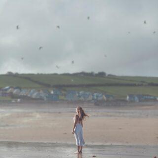 """""""My heart is quite calm now. I will go back."""" —James Joyce . 🇮🇹Domani si torna in Irlanda!! La prima volta che ci ero stata qualche anno fa ero andata a trovare un' amica che viveva a sud, vicino a Cork, avevo passato un paio di settimane in mezzo a persone stupende e paesaggi che sembravano usciti da una favola, lasciandoci un pezzettino di cuore.  Domani ritorno in quella parte dell'isola d'Irlanda per un progetto bellissimo con @turismoirlanda per raccontarvi l'anima di questi luoghi, facendovi vedere il lato più local e meno conosciuto dell'Irlanda di cui mi sono innamorata.  Tenete d'occhio le mie stories, nuova avventura in arrivo! #irlandacheamo  #turismoirlanda . 🇬🇧Tomorrow I'm going back to Ireland!the first time I went there a few years back I went for visiting a friend that lived around Cork, I spent a few weeks I will never forget among beautiful people and fairytale like landscapes, leaving a piece of my heart to that land.  Tomorrow I'm going back to that land , for a project I'm proud of being part of, a project where I will be able to show you the less known and more local side of this part of Ireland, the Ireland I fell in love with a long time ago. Keep an eye on my stories for this new adventure 😉"""