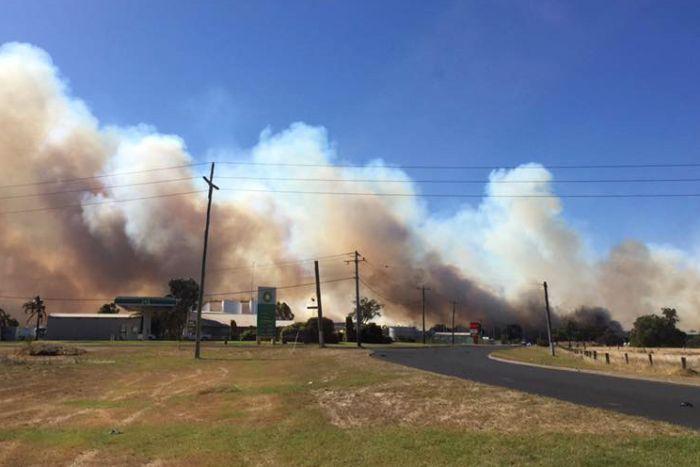 PHOTO: A fire near a service station at Bunbury has burnt through 162 hectares of bush. (ABC News)