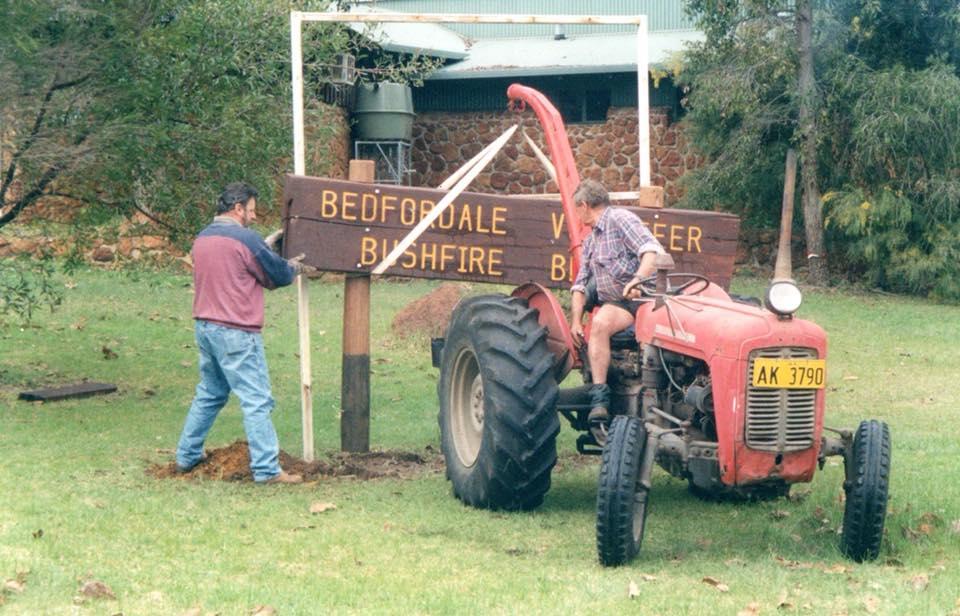 Ian (THommo) Thompson erecting the Bedfordale Volunteer Bush Fire Brigade sign