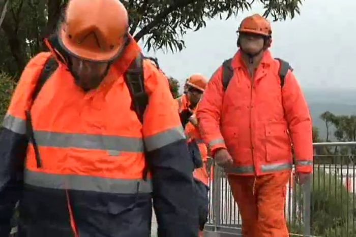 PHOTO: SES volunteers attempt to reach a teenager on Bluff Knoll in WA's south. (ABC TV)