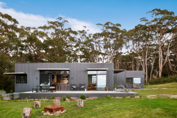 PHOTO: House designs are talked about as being fire resilient rather than fireproof. This house is in Fish Creek Victoria, is built to a 'high risk' standard. (Photo: ArchiBlox Design)