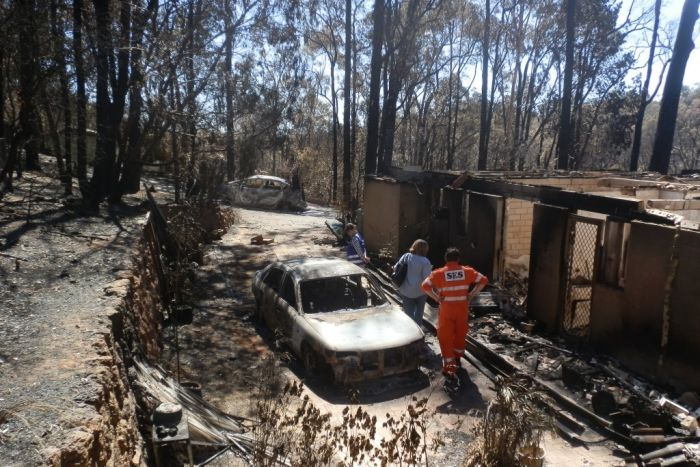 PHOTO: This was all that was left of Tom and Lynn Armington's house and cars after the fire. (Supplied: Tom and Lynn Armington)