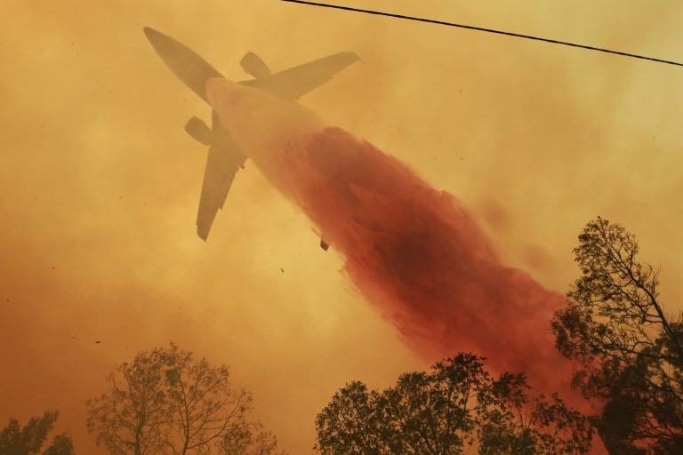 Michael Gate was doing his best solo against the fury of the Green Wattle fire in Orangeville when the cavalry arrived in the form of the VLAT. Photo Nick Moir 6 Dec 2019 / Sydney Morning Herald